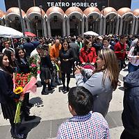Toluca, México.- (Julio 09, 2018).- Cientos de estudiantes celebraron este día su graduación, de kínder, primara y secundaria, algunos escucharon primero misa en la Catedral de Toluca y posteriormente se les hizo su entrega de documentos en el Teatro Morelos, las flores y regalos formaron parte de esta fiesta. Agencia MVT / Crisanta Espinosa.