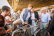 7-7-2015 ASSEN - Koning Willem-Alexander rijdt op de eerste dag van de 50e Drentse Fiets4Daagse een deel van het parcours mee. Ondermeer over het TT Circuit. Bij het 25-jarige jubileum in 1990 stapte Prins Claus op de fiets en bij het 10-jarig bestaan in 1975 was Koningin Juliana te gast.  Koning Willem Alexander fietst dinsdagochtend 7 juli een deel van de eerste dag van 50e Drentse Fiets4Daagse mee vanaf de startplaats De Bonte Wever in Assen. COPYRIGHT ROBIN UTRECHT/ kees van der Veen <br /> 7-7-2015 ASSEN - King Willem Alexander cycle Tuesday morning, 7 July, a part of the first day of 50th Drenthe 4Days of Cycling along from the start De Bonte Wever in Assen. COPYRIGHT ROBIN UTRECHT/kees van der Veen