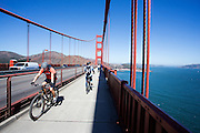 Fietsers rijden over de Golden Gate Brug. Tussen het Schiereiland van San Francisco en Marin County ten noorden van de metropool San Francisco ligt de Golden Gate Brug over de zeestraat Golden Gate, tussen de San Francisco Bay en de Stille Oceaan. De brug is een van de zeven moderne wereldwonderen en is op 27 mei 1937 geopend. De tolbrug is een van de meest herkenbare symbolen van San Francisco en Californie.<br /> <br /> Cyclists pass the Golden Gate Bridge. Between the San Francisco Peninsula and Marin County north of the metropolis of San Francisco's lays Golden Gate Bridge on the Golden Gate strait, between San Francisco Bay and the Pacific Ocean. Lies The bridge is one of the seven modern wonders of the world and was opened on May 27, 1937. The toll bridge is one of the most recognizable symbols of San Francisco and California.