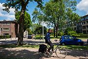 In Eindhoven rijdt een man met losse handen op de fiets.<br /> <br /> In Eindhoven a man rides a bike with his hands in his pockets.