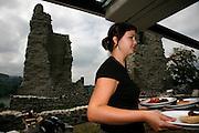 Patrimoine et pique-nique, nouvelle gastronomie propose du catering sur l'île d'Ogoz. Catering beim Denkmal uaf historischen Plätzen. Bei der Renovation der Ruine auf der Insel Ogoz wurde auch ein geschützter Picnic-platz geschaffen. © Romano P. Riedo