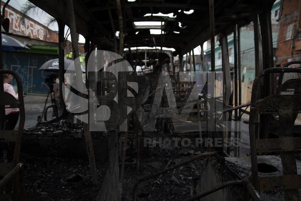 SAO PAULO, SP - 14.01.2015 - ONIBUS INCENDIADO NO GRAJAU - Vandalos ateam fogo em coletivo no bairro do Jd. Cocaia, divisa com o Jd. Graja&uacute; na madrugada desta quarta-feira (14) na zona sul de S&atilde;o Paulo. a PM n&atilde;o confirmou se foi obra de vandalos ou de bandidos.<br /> <br /> (Fonte: Fabricio Bomjardim / Brazil Photo Press)