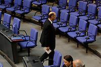 09 MAR 2005, BERLIN/GERMANY:<br /> Laurenz Meyer, MdB, CDU, ehem. Generalsekretaer, verlaesst das Plenum , Deutscher Bundestag<br /> IMAGE: 20050309-03-050<br /> KEYWORDS: auf dem Weg, Ruecken, Rücken