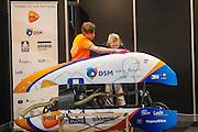 De VeloX wordt gepoetst om te tonen aan het publiek van BikeMotion. In de Jaarbeurs in Utrecht wordt de beurs BikeMotion gehouden. De beurs staat geheel in teken van de sportieve fietsen, zoals racefietsen, mountainbikes of toerfietsen. Op de beurs kunnen de liefhebbers de nieuwste modellen en ontwikkelingen zien en er zijn allerlei fiets gerelateerde activiteiten, zoals een mountainbike parcours. <br /> <br /> In the Jaarbeurs in Utrecht, the Bike Motion exhibition is held. The trade fair is entirely dedicated to the sports bikes, including road, mountain or touring bikes. At the fair, the fans can see the latest models and developments, and there are all kinds of bicycle-related activities, such as a mountain bike trail.