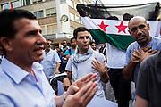 Frankfurt am Main | 24 July 2014<br /> <br /> Am Donnerstag (24.07.2014) demonstrierten etwa 150 Menschen aus linksradikalen und migrantischen Zusammenh&auml;ngen in Frankfurt am Main auf der Einkaufsstra&szlig;e Zeil gegen die israelischen Angriffe auf Pal&auml;stina und Gaza.<br /> Hier: Einige M&auml;nner waren nicht damit einverstanden, dass im Aufruf und in Redebeitr&auml;gen nicht allein Israel als Aggressor, sondern auch die Hamas kritisiert wurde, sie waren der Meinung, dass die Kundgebung einzig pro-pal&auml;stinensisch und klar gegen Israel ausgerichtet sein soll.<br /> <br /> Photo &copy; peter-juelich.com