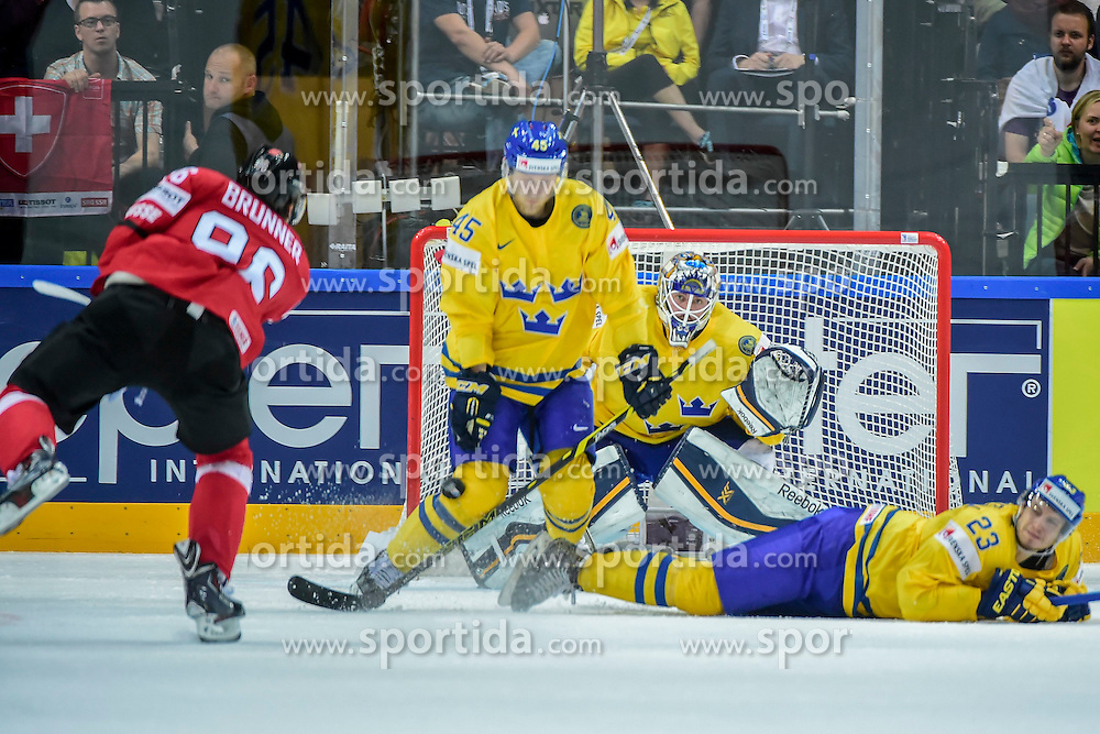 09.05.2015, O2 Arena, Prag, CZE, IIHF, WM, Schweden vs Schweiz, Gruppenphase, im Bild 0 Damien Brunner (SUI) Oscar Moller (SWE) Torhueter Jhonas Enroth (SWE) Oliver Ekman-Larsson (SWE) // during the IIHF Icehockey World Championships Groupstage Match between Sweden and Switzerland at the O2 Arena in Prag, Czech Republic on 2015/05/09. EXPA Pictures &copy; 2015, PhotoCredit: EXPA/ Freshfocus/ Andy Mueller<br /> <br /> *****ATTENTION - for AUT, SLO, CRO, SRB, BIH, MAZ only*****