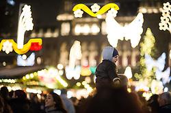 15.11.2014, Rathausplatz, Wien, AUT, Feierliche Illuminierung des Weihnachtsbaumes und Eröffnung des Wiener Adventzaubers, im Bild Kind vor Weihnachtsbeleuchtung // during illlumination of the christmastree at cityhall in Vienna, Austria on 2014/11/15, EXPA Pictures © 2014, PhotoCredit: EXPA/ Michael Gruber