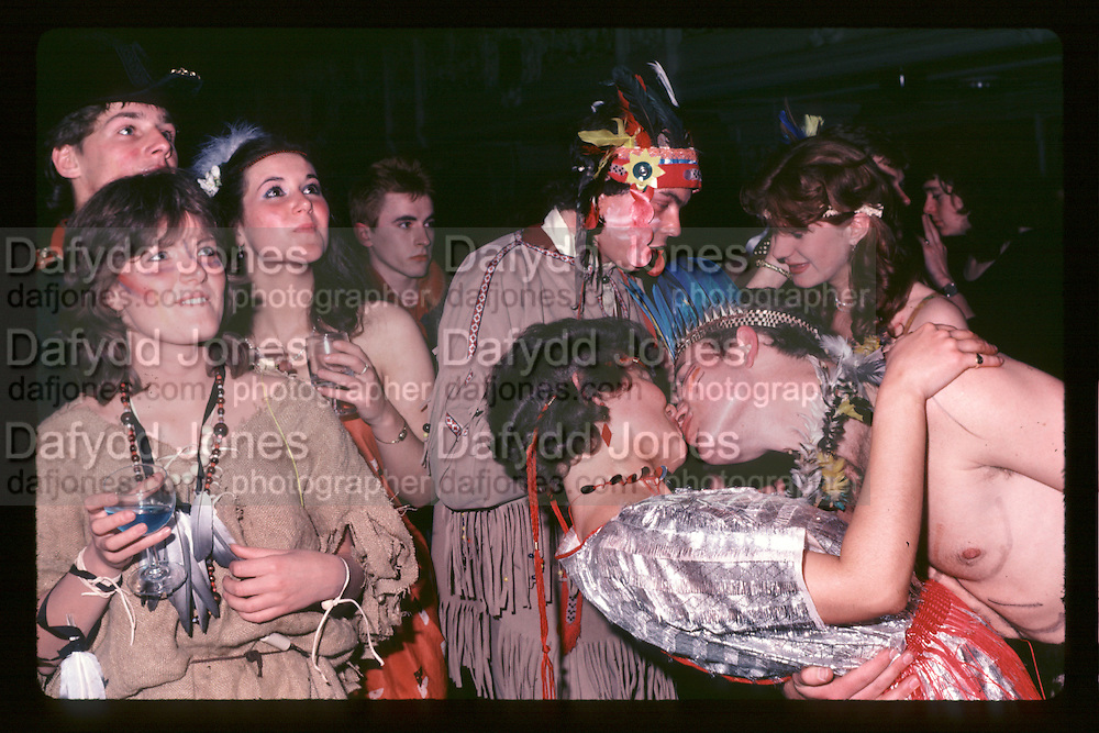 Piers Gaveston Ball. Oxford Town Hall. 1981 approx.© Copyright Photograph by Dafydd Jones 66 Stockwell Park Rd. London SW9 0DA Tel 020 7733 0108 www.dafjones.com