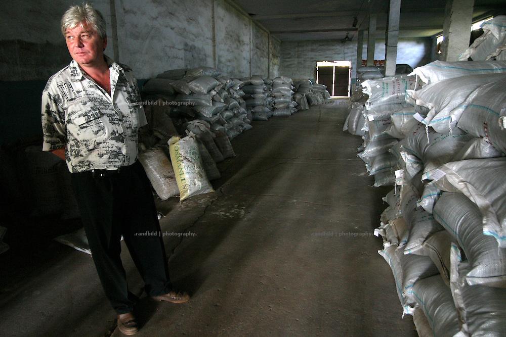 Georgien/Abchasien, Otschamtschira, 2006-08-30, Der Direktor der Teeplantage in seinen maroden und ausgeplünderten Produktionshallen. Abchasien erklärte sich 1992 unabhängig von Georgien. Nach einem einjährigen blutigen Krieg zwischen den Abchasen und Georgiern besteht seit 1994 ein brüchiger Waffenstillstand, der von einer UNO-Beobachtermission unter personeller Beteiligung Deutschlands überwacht wird. Trotzdem gibt es, vor allem im Kodorital immer wieder bewaffnete Auseinandersetzungen zwischen den Armee der Länder sowie irregulären Kämpfern.  (The director of the tea plantation in his plundered fabrication hall. Abkhazia declared itself independent from Georgia in 1992. After a bloody civil war a UNO mission observing the ceasefire line between Georgia and Abkhazia since 1994. Nevertheless nearly every day armed incidents take place in the Kodori gorge between the both armys and unregular fighters )
