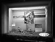 29/09/1960<br /> 09/29/1960<br /> 29 September 1960<br /> Switzers Window displays Grafton Street, Dublin for Robert Dawson Studios. Cosmetics wind at Switzers advertising Simon Brett, male make-up artist's upcoming visit to Dublin and a range of other cosmetics.