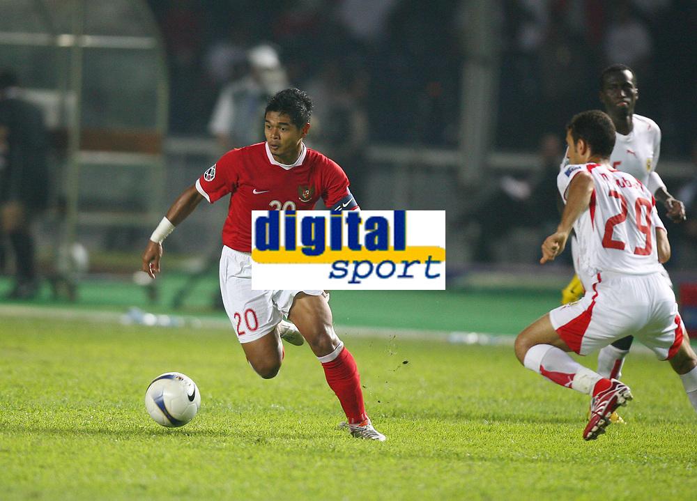 Fotball<br /> Asiamesterskapet / Asia Cup<br /> Foto: Aflo/Digitalsport<br /> NORWAY ONLY<br /> <br /> 10.07.2007  <br /> Bambang Pamungkas (Indonesia, li.) gegen Mohamed Hubail (Bahrain)