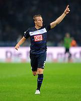 26. August 2011: Berlin, Olympiastadion: Fussball 1. Bundesliga, 4. Spieltag: Hertha BSC - VfB Stuttgart: Berlins Christian Lell gibt Anweisungen.