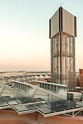 ABU DHABI, EMIRATS ARABES UNIS - 19 JANVIER 2016: La tour à vent de Masdar culmine a 45 mètres de hauteur. Le vent capturé est refroidi par un système de brumisation puis libéré dans les rues étroites de la ville.