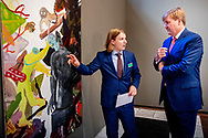 AMSTERDAM - King Willem-Alexander with artist Sam Hersbach. King Willem-Alexander during the ceremony of the Royal Prize for Free Painting 2018 in the Royal Palace.  copyrught robin utrecht