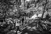 L'entrée d'un clan allié du père apportant les ignames, les étoffes et l'ensemble des dons pour déposer le geste coutumier. La matinée suivant l'enterrement est consacrée aux cérémonies coutumières. Elles se réalisent selon un ordre précis en fonction de la place de chaque clan vis à vis du clan du père et de leur rang dans la société. - Tribu de Tendo - Hienghène - Nouvelle Calédonie - Aout 2013