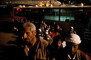 Des réfugiés Egyptiens embarquent dans l'avion qui les ramène au Caire. La France (en coopération avec l'armée Tunisienne) organise sur place un ballet aérien reliant la ville de Djerba et celle du Caire. Aéroport de Djerba le 5 mars 2011. © Benjamin Girette/IP3 press