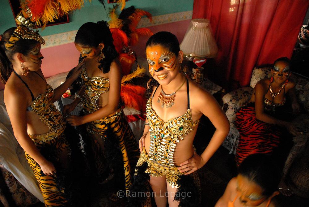 Comparsa del Carnaval de El Callao en Venezuela. Guiados por el estilo de las comparsas, los integrantes cumplen con el ritual del maquillaje y del disfraz alegre y llamativo. El Carnaval, celebrado entre los meses de febrero y marzo, tiene en El Callao una de sus manifestaciones más alegres y coloridas, gracias a la riqueza cultural de su mestizaje. El Callao, 2007 (Ramon Lepage / Orinoquiaphoto)  El Callao Carnival in Venezuela. The members of Parede fulfil the ritual of colorful make-up and wardrobe.  The Carnival, celebrated between February and March, have in El Callao one of its colorful and happiest expressions, thanks to their cultural mixture. El Callao, 2007 (Ramon Lepage / Orinoquiaphoto)..