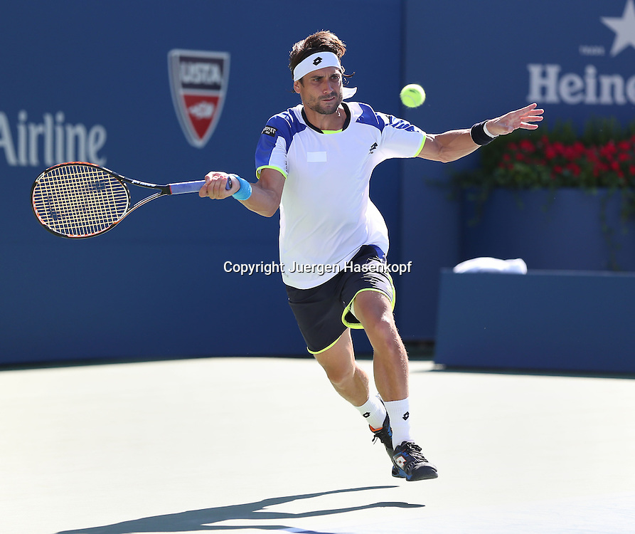 US Open 2013, USTA Billie Jean King National Tennis Center, Flushing Meadows, New York,<br /> ITF Grand Slam Tennis Tournament .<br /> David Ferrer (ESP),Aktion,Einzelbild,<br /> Ganzkoerper,Querformat
