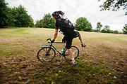 Een koerier springt op zijn fiets bij een checkpoint. In Nieuwegein wordt het NK Fietskoerieren gehouden. Fietskoeriers uit Nederland strijden om de titel door op een parcours het snelst zoveel mogelijk stempels te halen en lading weg te brengen. Daarbij moeten ze een slimme route kiezen.<br /> <br /> A messenger jumps on his bike at a checkpoint. In Nieuwegein bike messengers battle for the Open Dutch Bicycle Messenger Championship.
