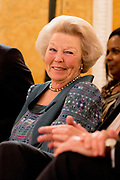 Koningin Máxima heeft in paleis Noordeinde de drie jaarlijkse Appeltjes van Oranje uitgereikt. Thema was dit jaar 'Samen zelf doen', als beloning voor gemeenschappelijke voorzieningen die geheel worden gerund door vrijwilligers. <br /> <br /> <br /> Queen Máxima at Noordeinde Palace awarded the Orange triennial Apples. Theme this year was' doing Together self, as a reward for communal facilities which are entirely run by volunteers.<br /> <br /> Op de foto / On the photo:  Prinses Beatrix