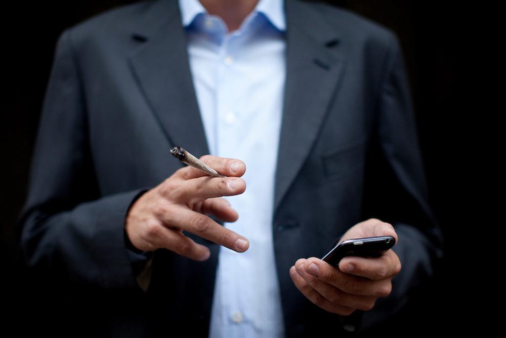 Entrepreneur .37 ans - pere de famille.Consomme quotidiennement (2 a 3 trois).Fume pour le gout, le plaisir et la detente..Favorable a la legalisation pour un control de la qualite des produits, et pour remplir les caisses de l'etat afin d'eventuellement payer moins d'impots et resorber le trou de securite sociale. La police pourrai ainsi s'occuper de choses plus importantes que les petits dealers de quartier. .