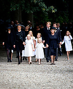 Prinses Mabel loopt met haar dochters Luana en Zaria , prinses Beatrix , Koning Willem Alexander en Koningin Maxima en koninklijke familie en genodigden naar de Stulpkerk waar de uitvaartdienst van prins Friso zal worden gehouden. De prins wordt begraven op de begraafplaats die grenst aan het landgoed van kasteel Drakensteyn. Domine Carel ter Linden wacht het gezelschap op. EDITORIAL USE ONLY<br /> <br /> Princess Mabel walking with her daughters Luana and Zaria, Princess Beatrix, King Willem Alexander and Maxima Queen and royal family and guests to the Stulp Church where the funeral service of Prince Friso will be held. The prince is buried in the cemetery adjacent to the estate of Castle Drakensteyn. Domine Carel ter Linden waits on the company. EDITORIAL USE ONLY