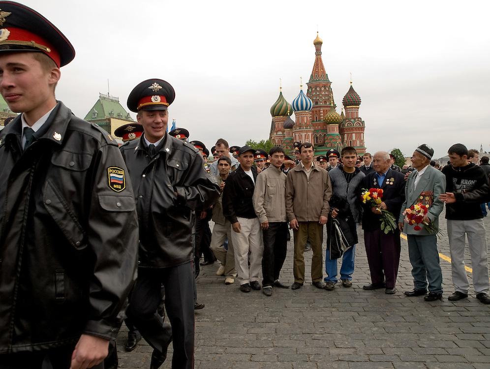 Milizion&auml;re patroullieren am Tag der gro&szlig;en Sieges- und Milit&auml;rparade &uuml;ber den Roten Platz in Moskau. Veteranen aus dem 2. Weltkrieg lassen sich vor der Basilius-Kathedrale fotografieren.<br /> <br /> Militamen on patrol during the day of the Victory Parade at Red Square in Moscow. WWII veterans getting photographed infront of the Saint Basil's Cathedral.