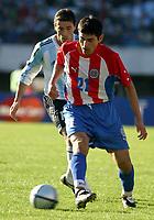 Fotball<br /> Kvalifisering til VM-sluttspillet i 2006<br /> Argentina v Paraguay 0-0<br /> 6. juni 2004<br /> Buenos Aires - Argentina<br /> Foto: Digitalsport<br /> NORWAY ONLY<br /> CRISTIAN GONZALEZ (ARG.), DENIS CANIZA(PAR.)