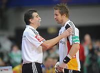 Handball EM Herren 2010 Vorrunde Deutschland - Schweden 22.01.2010 Heiner Brand (Trainer GER links) im Gespraech mit Oliver Roggisch (rechts)
