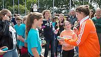 PIJNACKER - Interpolis ambassadrice , international Lidewij Welten deelt handtekeningen uit. Districtsfinales finales van het Interpolis NK Shoot Outs toernooi op HC Pijnacker. © 2015 COPYRIGHT KOEN SUYK
