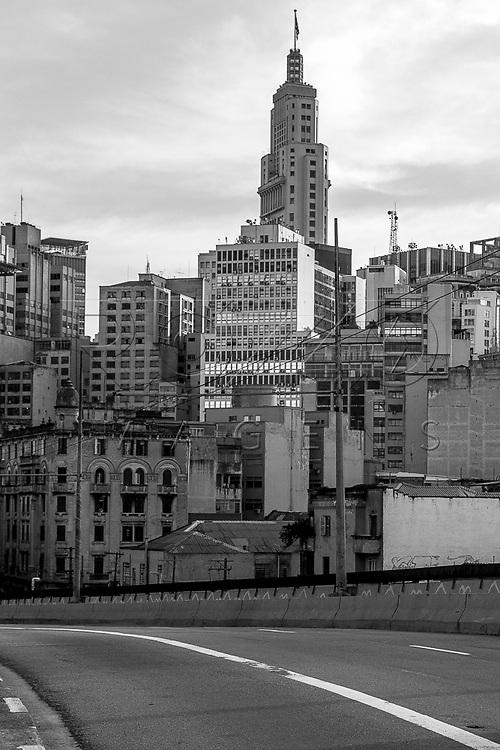 Viaduto Diário Papular no Parque Dom Pedro II com edifícios do centro da cidade ao fundo, São Paulo - SP, 06/2016.