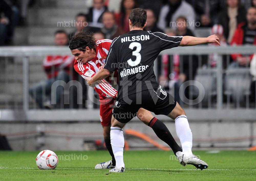 Fussball 1. Bundesliga :  Saison   2010/2011   12. Spieltag  14.11.2010 FC Bayern Muenchen - 1 FC Nuernberg Mario Gomez (li, FC Bayern Muenchen) gegen Per Nilsson (re, 1 FC Nuernberg)