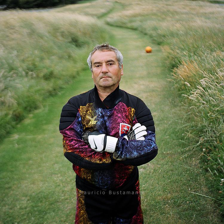 Miroslav (58) ist der Torwart der<br /> slowakischen Nationalmannschaft . Der gelernte Glasmacher lebte nach seiner<br /> Scheidung ein Jahr auf der Stra&szlig;e. Heute will er vor allem &bdquo;gesund bleiben und<br /> meinen vier Kindern helfen&ldquo;