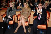 Hare Koninklijke Hoogheid Prinses M&aacute;xima der Nederlanden heeft op de Nyenrode Business Universiteit in Breukelen een toespraak over toegang tot financi&euml;le diensten (inclusive finance). <br /> <br /> Her Royal Highness Princess M&aacute;xima of the Netherlands at the Nyenrode Business University in Breukelen a speech on access to financial services (inclusive finance).<br /> <br /> Op de foto / On the photo: <br />  Prinses Maxima osamen met rector magnificus Maurits van Rooijen  en hoogleraar Mijntje L&uuml;ckerath-Rovers