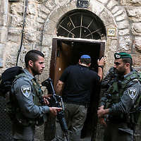 Israeli police border Officers escort an Israeli to a buiding that belong to Ateret Cohanim, a right-wing&nbsp;NGO that&nbsp;works diligently to acquire Palestinian homes mainly in the Muslim Quarter and the village of Silwan for Jewish settlement on Oct. 7, 2015.  <br />