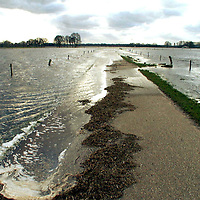 fotografie frank uijlenbroek©2002 michiel van de velde.020227 beerze ned.door het stijgende water ontstaan hoge water standen in de regio zoals hier bij de marsdijk in beerze