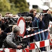 Schietpartij Hilvertsweg 17 Hilversum, KLPD politieagent Frans Nijhoff pleegt zelfmoord na doodschieten vrouw en kinderen.pers, fotografen, media, camera, fotograaf, wachten, afzetting, lenzen