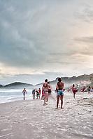 Por do sol na Praia de Quatro Ilhas. Bombinhas, Santa Catarina, Brasil. / <br /> Sunset at Quatro Ilhas Beach. Bombinhas, Santa Catarina, Brazil.