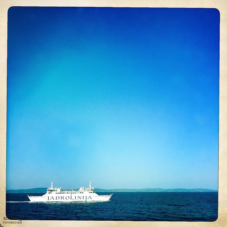 Faehrschiff in Fahrt zwischen Split und Supetar / Insel Brac, niedriger Horizont, Kroatien