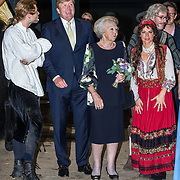 NLD/Leeuwarden/20180908 - Koning Willem Alexander en Beatrix aanwezig bij premiere de Stormruiter, Prinses Beatrix en Koning Willem Alexander in gesprek met de cast waaronder Ellen ten Damme en Jelle de Jong