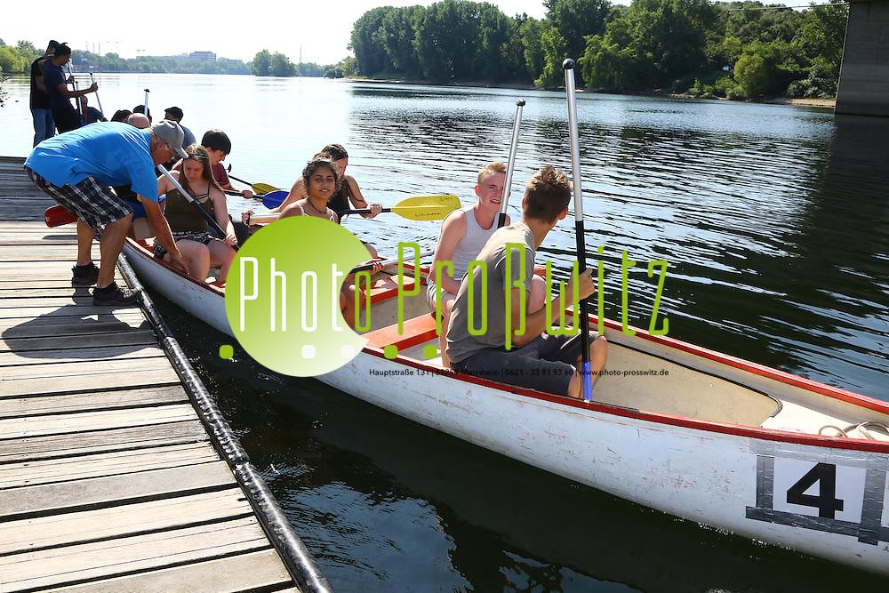 Mannheim. 26.07.16 Durch den Paddelevent &quot;Sport statt Gewalt&quot; sollen<br /> Sch&uuml;ler Spa&szlig; am Sport erfahren und so erleben, dass man &uuml;bersch&uuml;ssige<br /> Energie positiv verwenden kann und nicht in Gewalt m&uuml;nden muss. Die <br /> Veranstaltung dient zur Gewaltpr&auml;vention, es werden Informationen und<br /> &quot;Wege aus der Gewalt&quot; gezeigt, au&szlig;erdem sollen Ber&uuml;hrungs&auml;ngste und falsche Vorurteile in Bezug auf die Polizei abgebaut werden. Die <br /> Veranstaltung, eine Initiative des Polizeireviers MA-Sandhofen in <br /> Kooperation mit dem Pr&auml;ventionsverein &quot;Sicherheit in Mannheim&quot; (SiMA <br /> e.V.), der Kerschensteinerschule MA-Sch&ouml;nau und des <br /> Wassersportvereins Sandhofen, findet zum wiederholtem Male statt.<br /> <br />   Insgesamt nehmen ca. 60 Sch&uuml;ler der Kerschensteinerschule, der <br /> Schulklassen 8 und 9 teil. Die Jugendlichen werden eine Kanuregatta <br /> absolvieren an deren Ende attraktive Preise warten.<br /> - Im Paddelboot. Auf dem Steg erkl&auml;rt Helmut Wachter das ein- und aussteigen und gibt Tipps zum paddeln. Von hinten nach vorne: Revierleiter Michael Schloer, Vivienne, Jerrick, Marleny, Joshua und Jannek.<br /> <br /> Bild: Markus Prosswitz 26JUL16 / masterpress (Bild ist honorarpflichtig - No Model Release!)