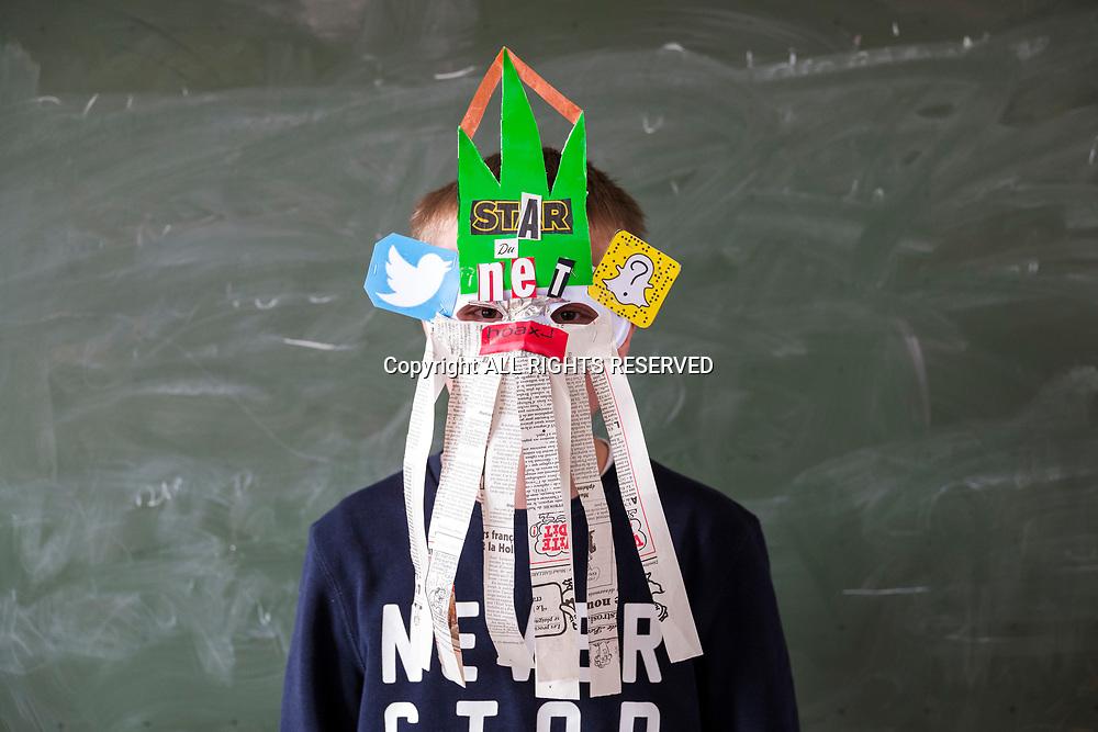 Taninges, mars 2018. Reportage à Taninges pour un atelier avec des CM2 sur le fake/check news. Hoax buster. Chasseur de fake news. Les élèves portent le masque quand ils filment des moments pendant l'atelier. © Olivier Vogelsang