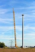 Nederland, Ressen, 23-8-2016eerste van vijf windmolens van de coöperatie WindpowerNijmege. Ze gaan een windpark realiseren in Nijmegen-Noord, langs de snelweg A15. Leden kunnen meebeslissen binnen de coöperatie en investeren in het windpark. Daarnaast kunnen leden 100% groene stroom afnemen. Naar verwachting gaat het windpark  energie opleveren voor 8.900 huishoudens. WindpowerNijmegen is een cooperatie, met leden uit Nijmegen en Overbetuwe, maar ook daarbuiten. Een belangrijk doel van de coöperatie is om met zoveel mogelijk leden  eigenaar te worden van Windpark Nijmegen-Betuwe.FOTO: FLIP FRANSSEN