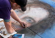 6月18日,美国洛杉矶,一名艺术家正专注在他的作品。当日, 帕萨迪纳市举办了第二十五届粉笔画绘画艺术节,艺术家们使用超过25000支蜡笔粉笔,跪坐在人行道上,用手中的画笔展现他们的创造力。从古典到现代,从古怪到绚丽,不同的艺术风格让观众眼花缭乱。 。新华社发 (赵汉荣摄)<br /> An artist works on a his piece during the 25th annual Pasadena Chalk Festival in Los Angeles, the United States, June 18, 2017. Hundreds artists using more than 25,000 sticks of pastel chalk to create life-size murals on the city pavement.  (Xinhua/Zhao Hanrong)(Photo by Ringo Chiu)<br /> <br /> Usage Notes: This content is intended for editorial use only. For other uses, additional clearances may be required.