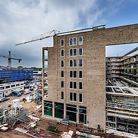 Nederland, amsterdam, 19 mei 2016.<br />Aan het Stadionplein wordt stevig gebouwd.<br />Er is plaats gemaakt voor een apartementencomplex voor de vrije huur sector alsmede een hotel.<br />De voormalige FEBO krijgt nu een plek in het Nieuwbouwcomplex waar straks ook een grote AH winkel in verschijnt.<br />Op de foto: Stadionplein met het nieuwe appartementencomplex (waar ook de AH en FEBO in gevestigd zijn) voor huurwoningen in de vrije sector.<br /><br /><br /><br />Foto: Jean-Pierre Jans