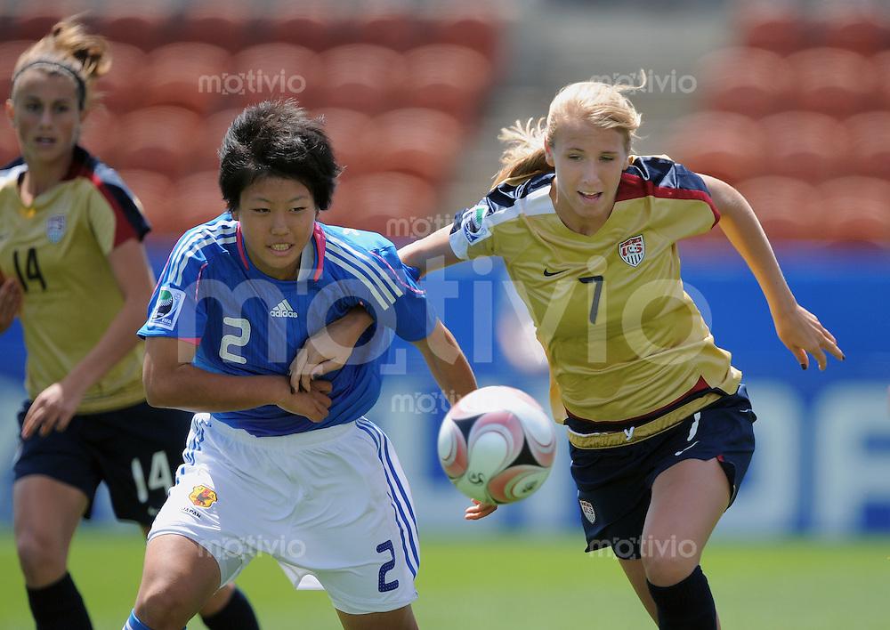 Fussball Frauen FIFA U 17  Weltmeisterschaft 2008     30.10.2008 Japan - USA Kozue Chiba (li, JPN) gegen Courtney Verloo (USA)