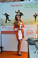 """Salon Entreprendre 20032014 - Bruxelles - Miss Belgique Laurence Langen distribue des flyers pour la société """"Flyers.be."""