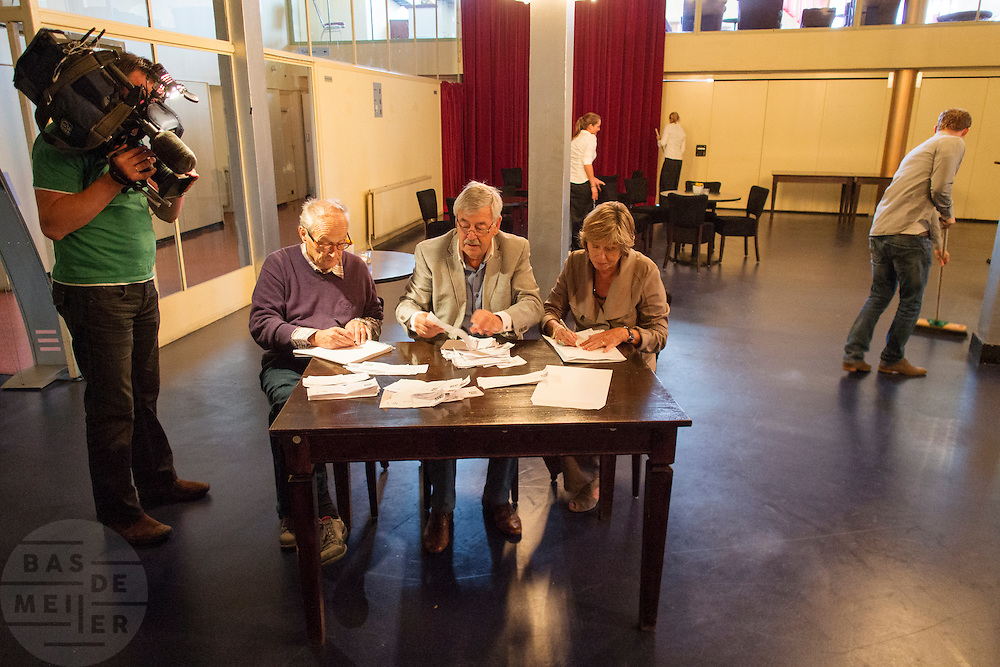 De kiescommissie telt de stemmen wie op de tweede plaats mag op de lijst van 50Plus. In Hilversum houdt de 50Plus partij haar verkiezingscongres. Tijdens het partijcongres wordt Henk Krol gekozen tot de lijsttrekker. Jan Nagel is de partijvoorzitter. <br />