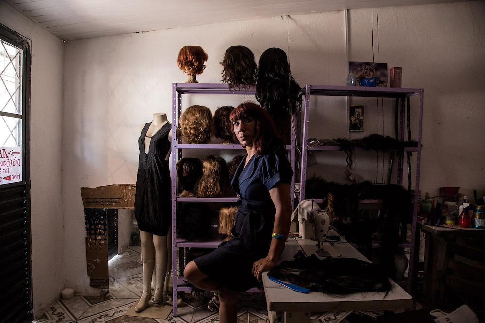 Trinidade, 42 anni. Anche lei fondatrice di AMRVEA. E' stata la prima a togliersi la parrucca durante un incontro pubblico con il Presidente Lula a Brasilia. Oggi ha un atelier dove confeziona parrucche.