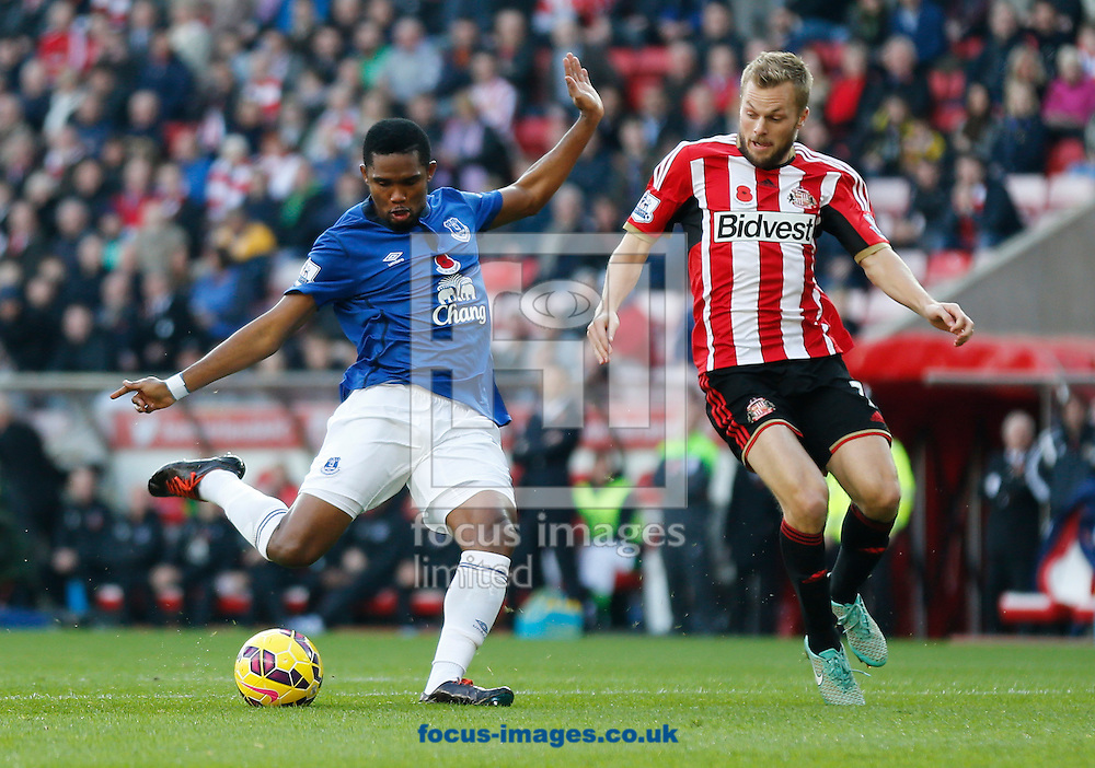 Samuel Eto'o (l) of Everton shooting during the Barclays Premier League match at the Stadium Of Light, Sunderland<br /> Picture by Simon Moore/Focus Images Ltd 07807 671782<br /> 09/11/2014